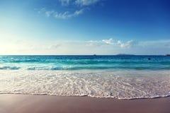 Puesta del sol en la playa de Seychelles imagen de archivo