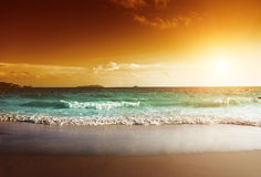Puesta del sol en la playa de Seychelles Imágenes de archivo libres de regalías