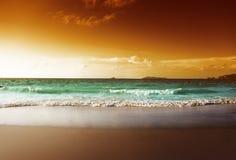 Puesta del sol en la playa de Seychelles Foto de archivo