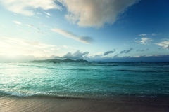Puesta del sol en la playa de Seychelles Fotos de archivo libres de regalías
