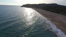 Puesta del sol en la playa de Tamarit en la playa España del ` s de Tarragona almacen de video