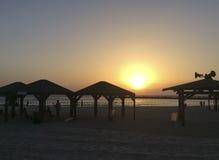 Puesta del sol en la playa de Tel Aviv, Israel Foto de archivo libre de regalías