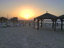 Puesta del sol en la playa de Tel Aviv, Israel Fotos de archivo libres de regalías