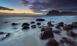 Puesta del sol en la playa de Uttakleiv, Lofoten Noruega Imagenes de archivo