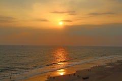 Puesta del sol en la playa de Varkala La India del sur Fotografía de archivo libre de regalías