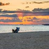 Puesta del sol en la playa de Waikiki - Honolulu Fotografía de archivo