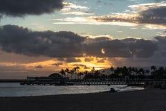 Puesta del sol en la playa de Waikiki, Oahu, Hawaii imágenes de archivo libres de regalías