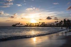 Puesta del sol en la playa de Waikiki, Oahu, Hawaii imagenes de archivo
