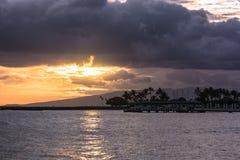 Puesta del sol en la playa de Waikiki, Oahu, Hawaii imagen de archivo libre de regalías