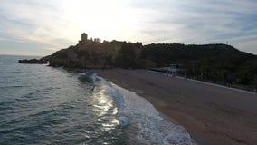 Puesta del sol en la playa del castillo de los marqueses, Tamarit, Tarragona, España almacen de metraje de vídeo