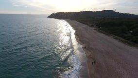 Puesta del sol en la playa del castillo de los marqueses, Tamarit, Tarragona, España metrajes