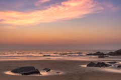 Puesta del sol en la playa del mar fotografía de archivo