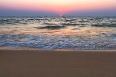 Puesta del sol en la playa del mar fotos de archivo libres de regalías
