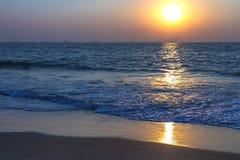 Puesta del sol en la playa del mar Fotos de archivo
