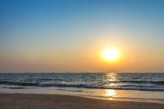 Puesta del sol en la playa del mar imagen de archivo libre de regalías