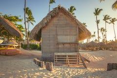 Puesta del sol en la playa del mar del Caribe Foto de archivo libre de regalías
