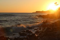 Puesta del sol en la playa, puesta del sol en el mar, el cielo de la tarde Fotografía de archivo