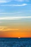 Puesta del sol en la playa en el sudoeste la Florida Imagen de archivo libre de regalías
