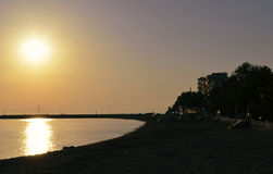 Puesta del sol en la playa en Grecia Fotos de archivo