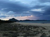 Puesta del sol en la playa en invierno Imagen de archivo libre de regalías