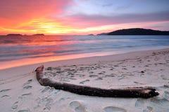 Puesta del sol en la playa en Kota Kinabalu Sabah Borneo Imagen de archivo libre de regalías