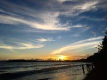 Puesta del sol en la playa en Krabi Imagen de archivo libre de regalías