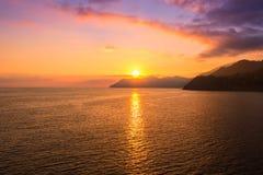 Puesta del sol en la playa en Manarola Foto de archivo