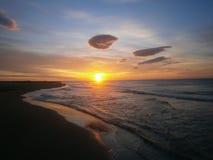 Puesta del sol en la playa - fondo * papel pintado Foto de archivo