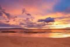 Puesta del sol en la playa hawaiana foto de archivo