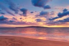Puesta del sol en la playa hawaiana fotografía de archivo