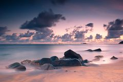 Puesta del sol en la playa hermosa de Unawatuna, Sri Lanka foto de archivo libre de regalías