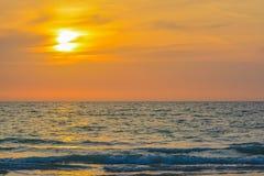 Puesta del sol en la playa india de las rocas en el Golfo de México, la Florida imagen de archivo