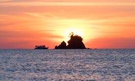 Puesta del sol en la playa Isla de Tailandia Kho Phayam, 10 12 2014 Fotografía de archivo