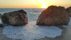 Puesta del sol en la playa jónica Foto de archivo libre de regalías