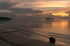 Puesta del sol en la playa Koh Phangan con el coco imágenes de archivo libres de regalías