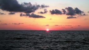 Puesta del sol en la playa, los colores increíbles y las nubes Mar adriático, Italia, Amantea Calabria metrajes