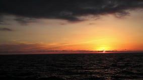 Puesta del sol en la playa, los colores increíbles y las nubes, panorámicos Mar adriático, Italia, Amantea Calabria almacen de video