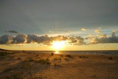 Puesta del sol en la playa Mar Báltico, Latvia Imagen de archivo
