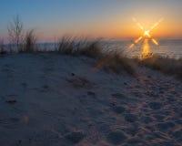 Puesta del sol en la playa oval Saugatuck fotos de archivo