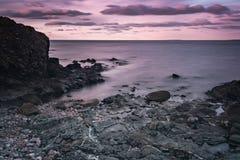 Puesta del sol en la playa rocosa Foto de archivo