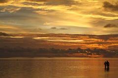 Puesta del sol en la playa tropical Imágenes de archivo libres de regalías