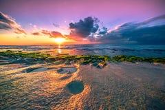 Puesta del sol en la playa volcánica Balangan Imagenes de archivo
