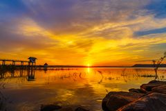Puesta del sol en la presa de Lum Chae, Khonburi, Nakhon Ratchasima, Tailandia imágenes de archivo libres de regalías