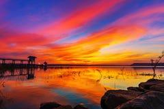 Puesta del sol en la presa de Lum Chae, Khonburi, Nakhon Ratchasima, Tailandia fotos de archivo