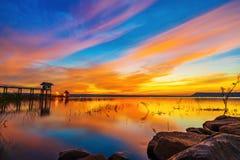 Puesta del sol en la presa de Lum Chae, Khonburi, Nakhon Ratchasima, Tailandia imagen de archivo libre de regalías