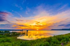 Puesta del sol en la presa de Lum Chae, Nakhon Ratchasima, Tailandia imágenes de archivo libres de regalías