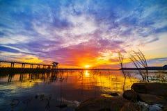 Puesta del sol en la presa de Lum Chae, Nakhon Ratchasima, Tailandia fotografía de archivo