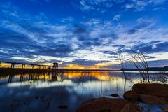 Puesta del sol en la presa de Lum Chae, Nakhon Ratchasima, Tailandia imagenes de archivo