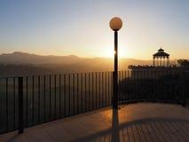 Puesta del sol en la 'promenade' del acantilado en Ronda, Andalucía imagen de archivo libre de regalías