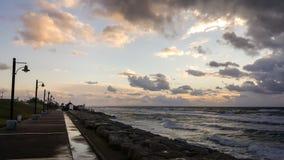 Puesta del sol, en la 'promenade' del mar Mediterráneo, invierno, Haifa, Israel Imágenes de archivo libres de regalías